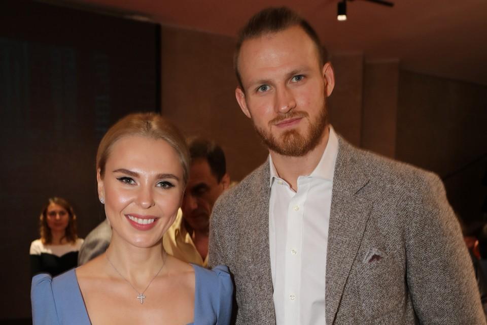 33-летняя певица Пелагея и 27-летний игрок сборной России по хоккею Иван Телегин сообщили, что расстались, но будут вместе воспитывать дочь.