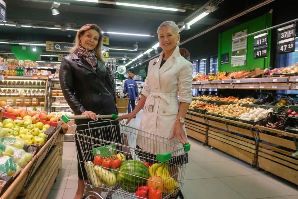 - Фрукты и овощи на неделю купим в гипермаркете, а за хлебом и молоком - в магазин у дома.