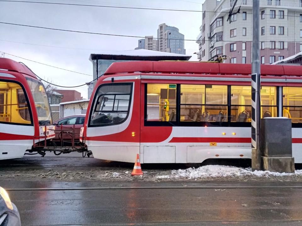 Женщина едва не упала под трамвай
