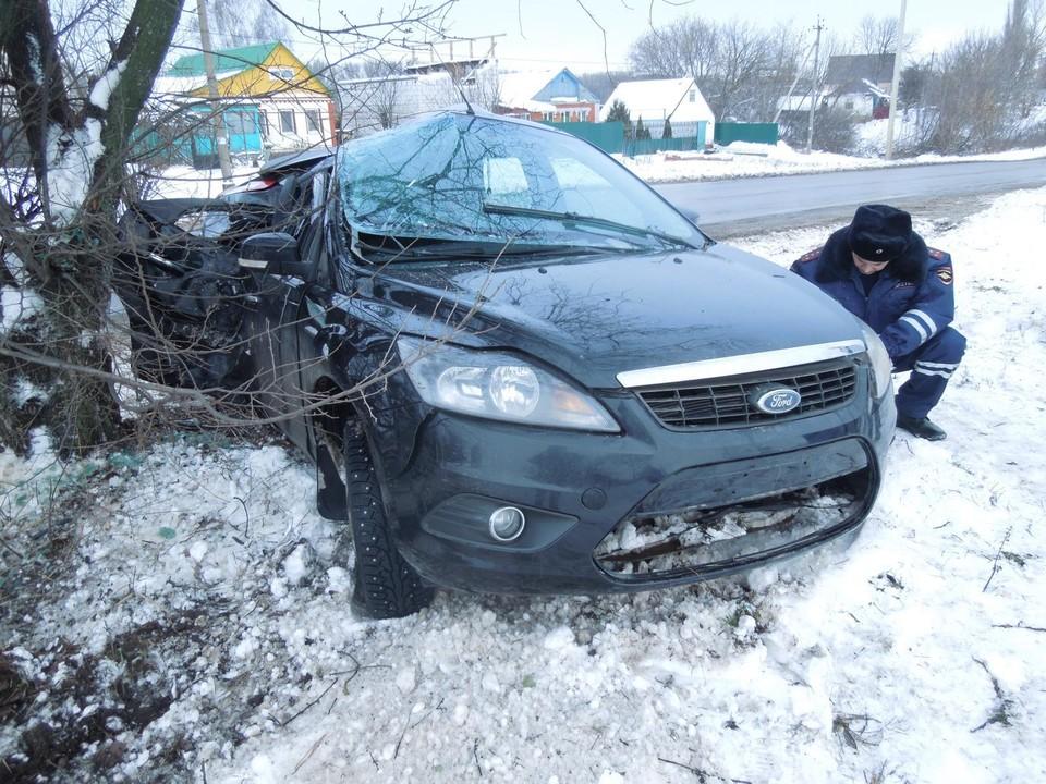 В Орловской области автоледи на «Форде» протаранила дерево. Фото: УГИБДД УМВД России по Орловской области