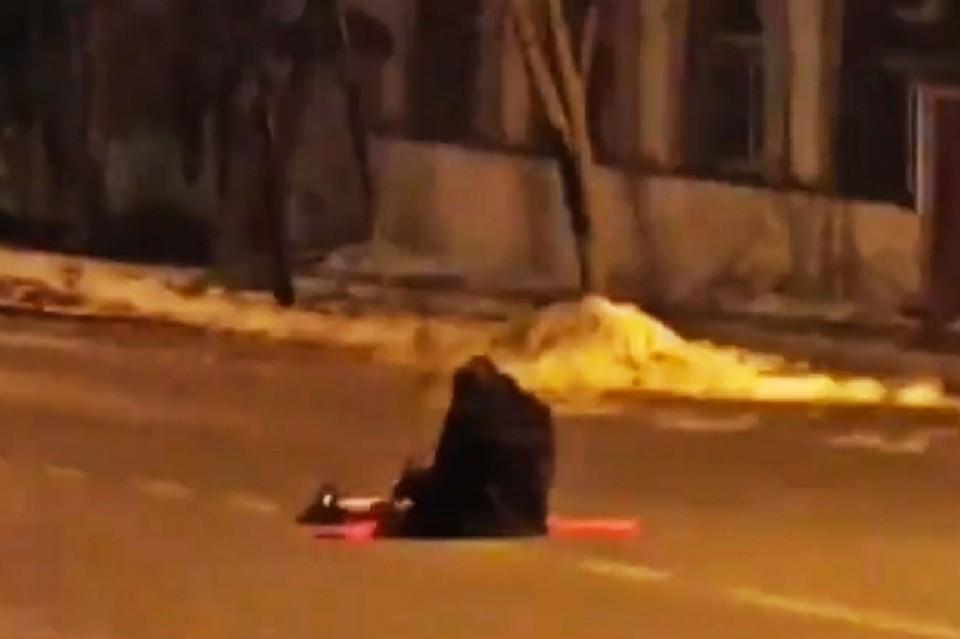 Пьяная девушка выбрала явно неудачное место для отдыха. Фото: print screen видео