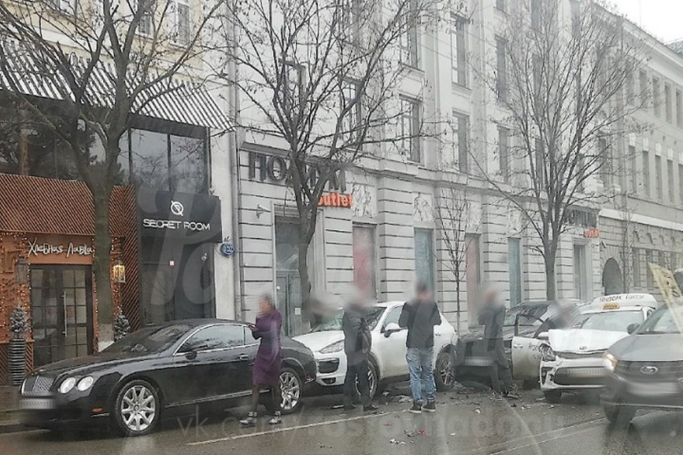 """Один из автомобилистов при движении зацепил шесть машин. Фото: vk """"Ростов Главный"""""""
