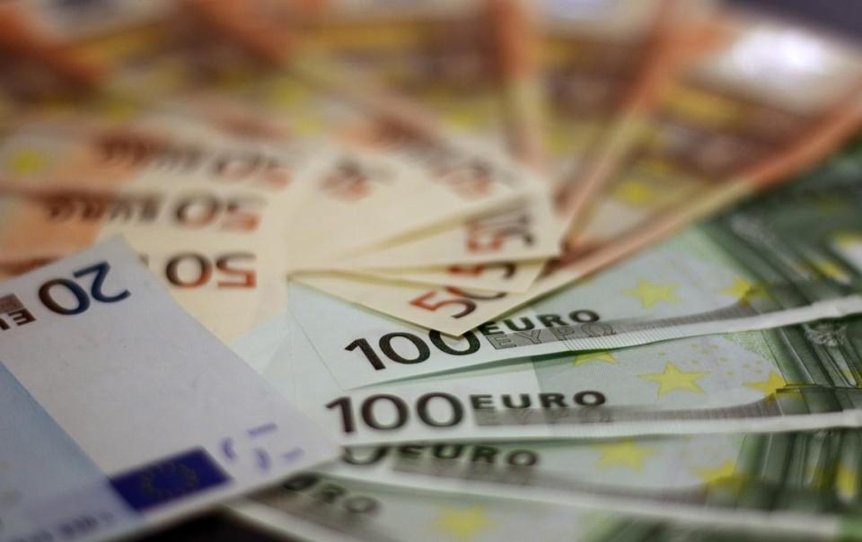 Эти деньги в стране мы не зарабатываем, а платежеспособный спрос в стране формируется за счет денежных поступлений из за рубежа от физических лиц.