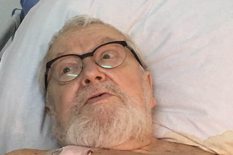 На первом фото Соловьев в очках лежит на больничной койке и, судя по кадру, весьма бойко размышляет вслух.