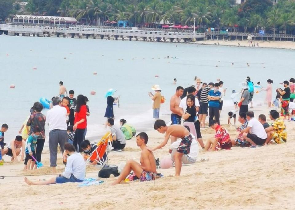 Даже после сообщений о коронавирусе пляжи на острове Хайнань не пустуют. Дата фото 26 января. Автор: Алексей, местный житель.