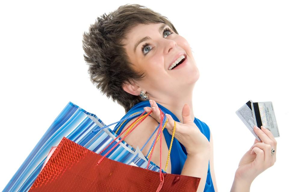 Выпуская карточки лояльности милионными тиражами магазины убивают двух зайцев: привязывают покупателя к себе и собирают о них информацию.