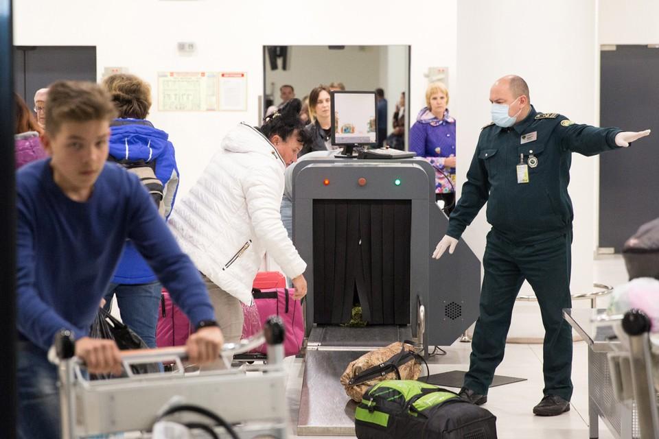 Пассажиры в международном аэропорту Стригино имени В. П. Чкалова в Нижнем Новгороде, прибывшие рейсом из китайского города Санья. Фото: Михаил Солунин/ТАСС