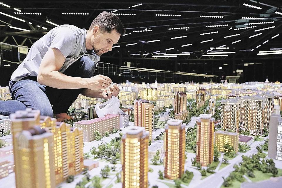 Чем выше плотность небоскребов, тем больше отдачи приносит в них каждый магазин и километр дорог. Экономически это выгодно. И даже люди довольны (иначе бы в эти «человейники» не переселялись). Вот только вокруг таких мегаполисов образуется настоящая пустыня... Фото: Кирилл ЗЫКОВ/Агентство городских новостей «Москва»