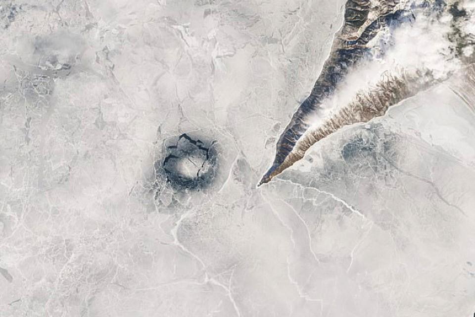 Многокилометровые круги на льду Байкала образуются регулярно. Но заметить их можно только с большой высоты.