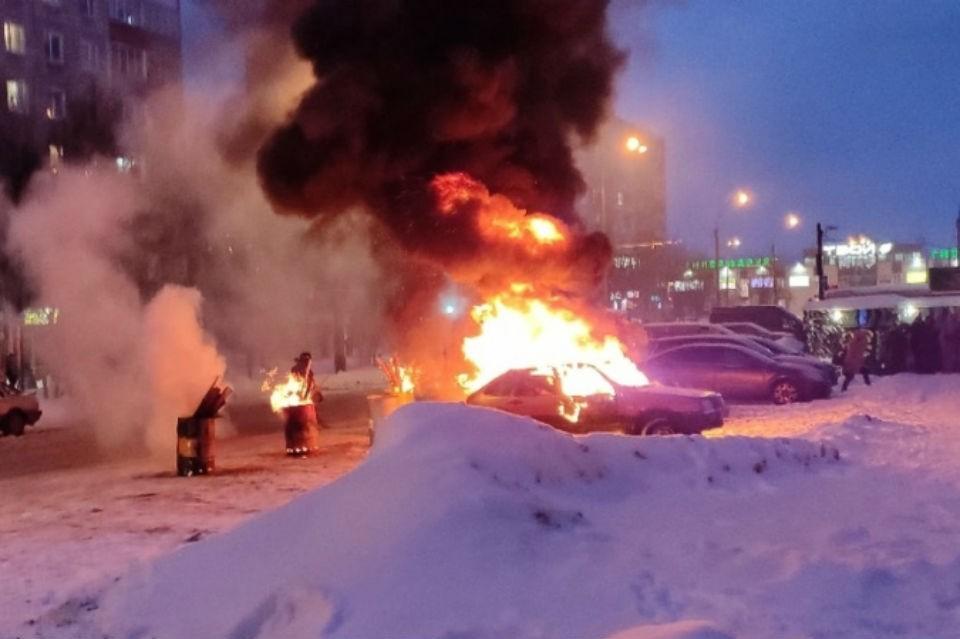 Машина загорелась у бани 7 января. Фото: vk.com/murmansk_dtp