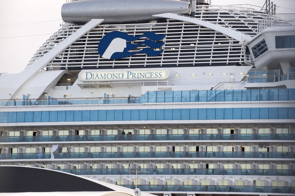 380 американцев покинут лайнер Diamond Princess, где были зафиксированы случаи заражения коронавирусом.