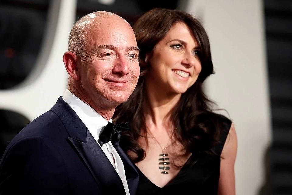 Джефф и Макензи Безосы долгое время считались идеальной парой в мире миллиардеров. Но Трамп их развел