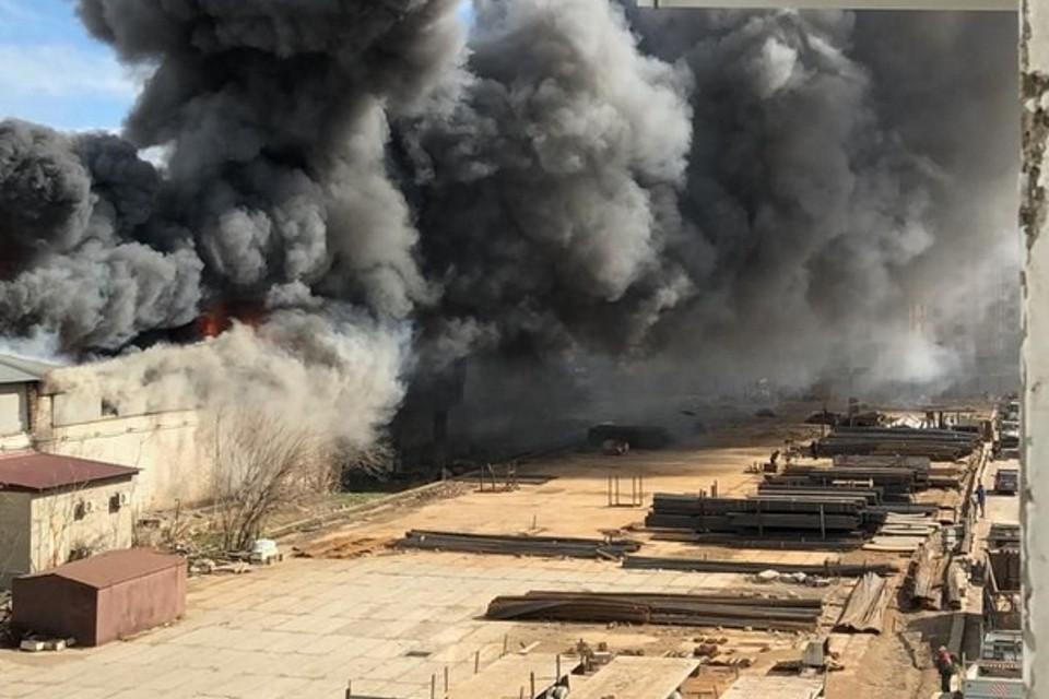 Пожаром охвачен торгово-офисный центр