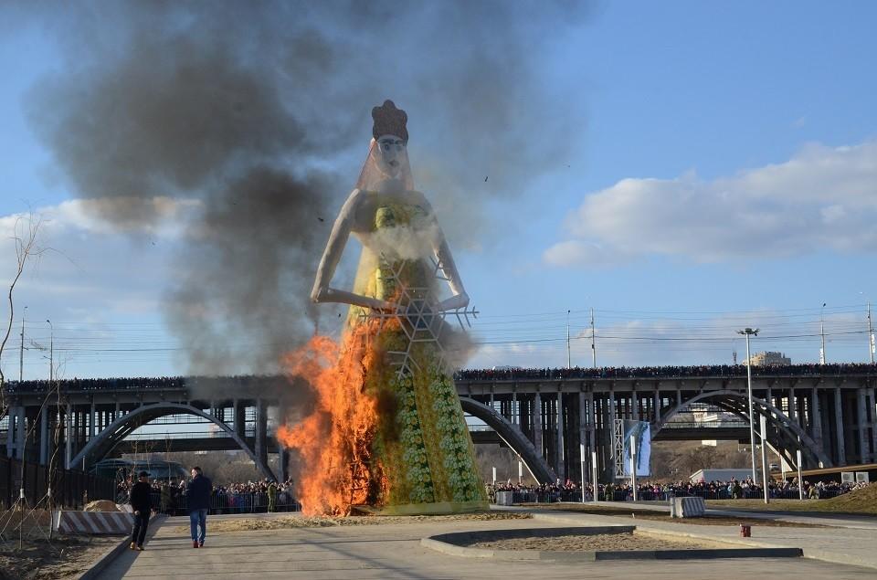 Горожане наблюдали, как сжигали 14-метровое чучело.