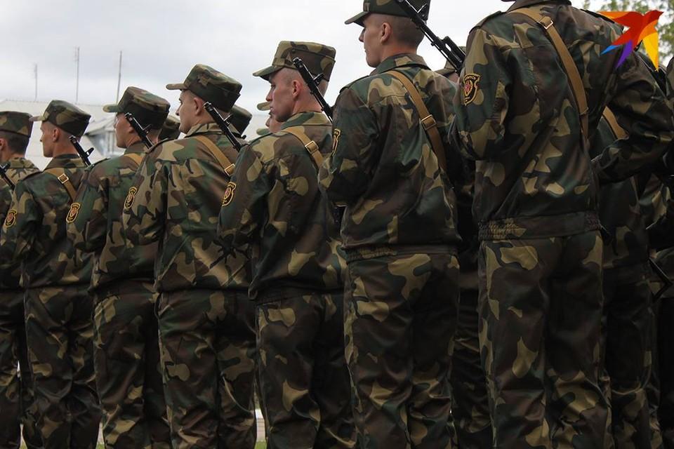 Отравившихся солдат доставили на лечение в медцентр ВС в Минске.