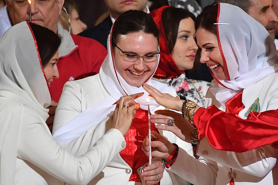 Прихожане во время праздничного пасхального богослужения в храме Христа Спасителя.
