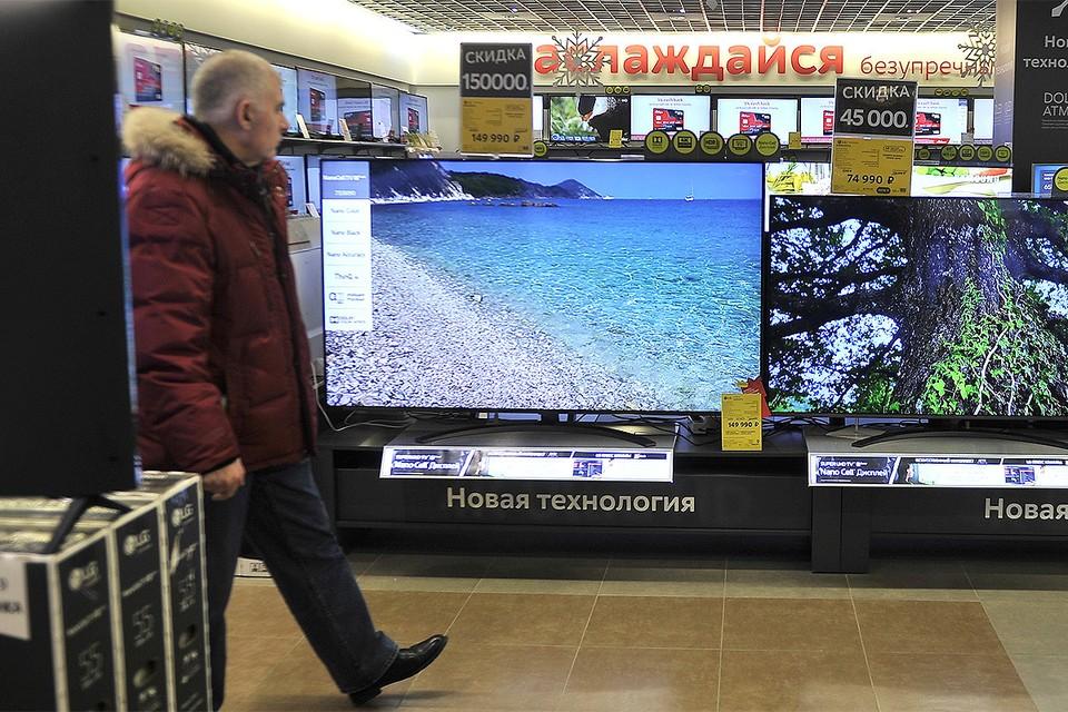 Рубль продолжает свое падение, россияне приготовились к росту цен на электронику.