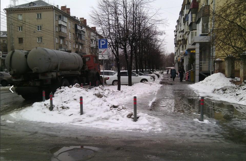 Тротуар-озеро на Плеханова. Фото: Ольга Карнаухова.