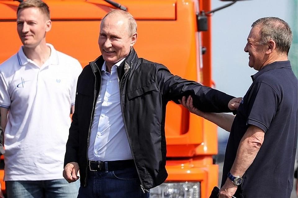 Владимир Путин и Аркадий Ротенберг на Крымском мосту. Фото: Сергей Бобылев/ТАСС