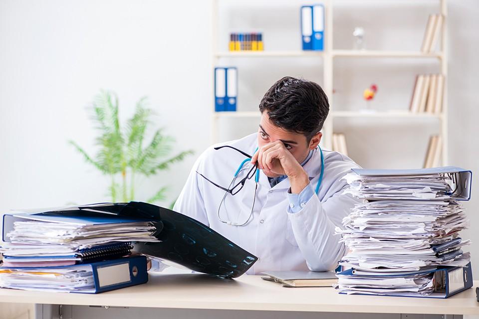 В ситуации, когда нагрузка на одного врача выросла, а зарплата снизилась, доктора ушли из госклиник