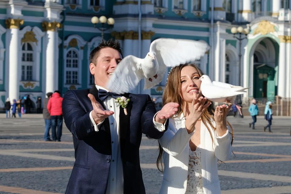 А вот в церквях Петербурга женихам и невестам рады: отказываться от венчаний из-за вируса верующих не просят.