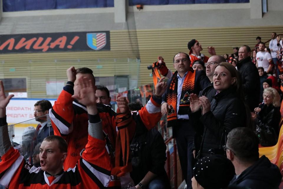 """Иван Головатый посетил фан-сектор """"Шахтера"""". Фото: ХК """"Шахтер"""""""