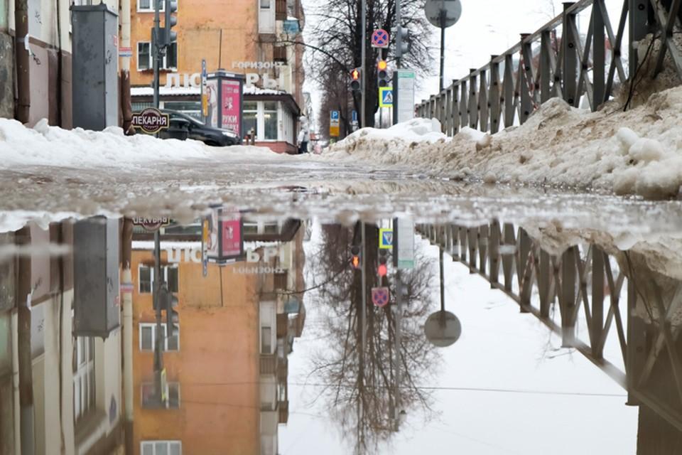В Прикамье на улицах то каток, то бассейн.