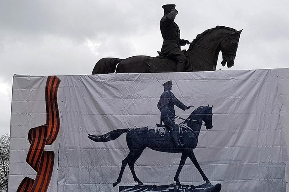 Перед Историческим музеем заменили памятник маршалу Жукову