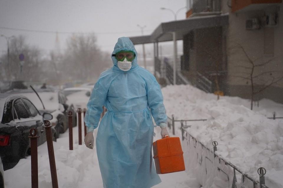 В защитном облачении медики едут только на вызов в подозрением на коронавирус