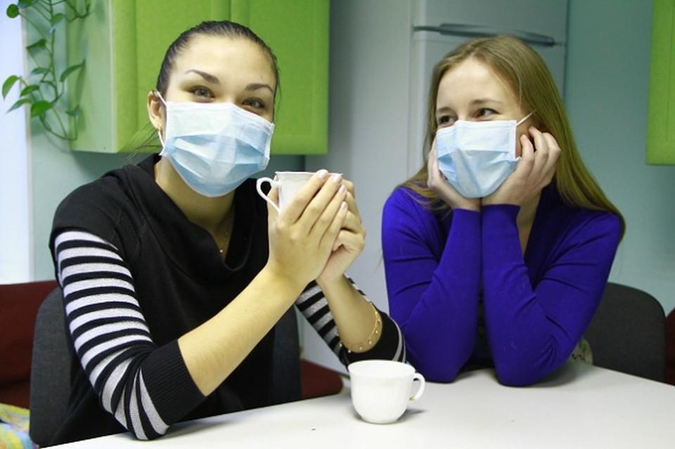 Теперь даже чаевничать - только в масках! Фото: Сергей ПЕТРЕНКО