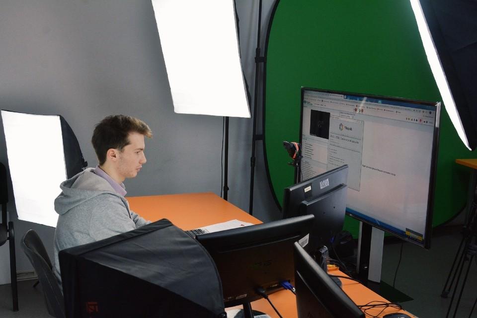 Учителя теперь общаются с учениками по интернету. Фото: Региональный центр технического творчества
