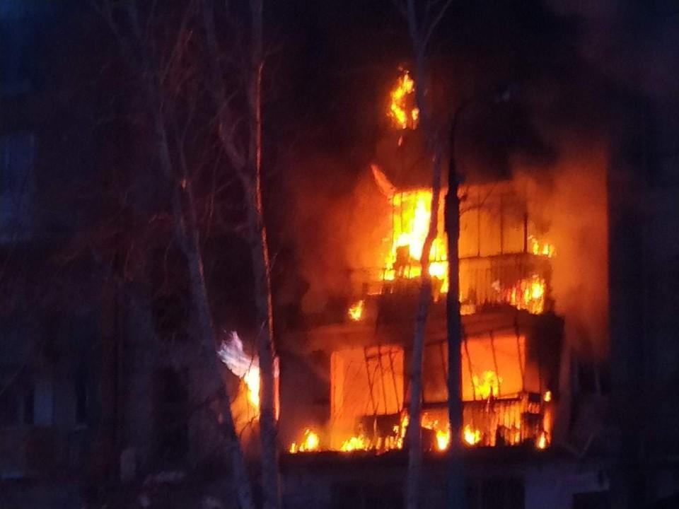 """После взрыва в огне оказались несколько этажей. Фото: сообщество """"Черное&Белое Магнитогорск""""."""