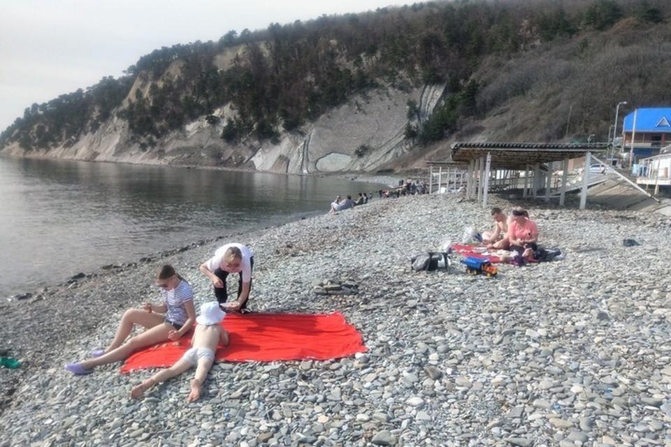 В Бухте Инал на пляже некоторые даже купаются в море. Фото: Дмитрий Турченко
