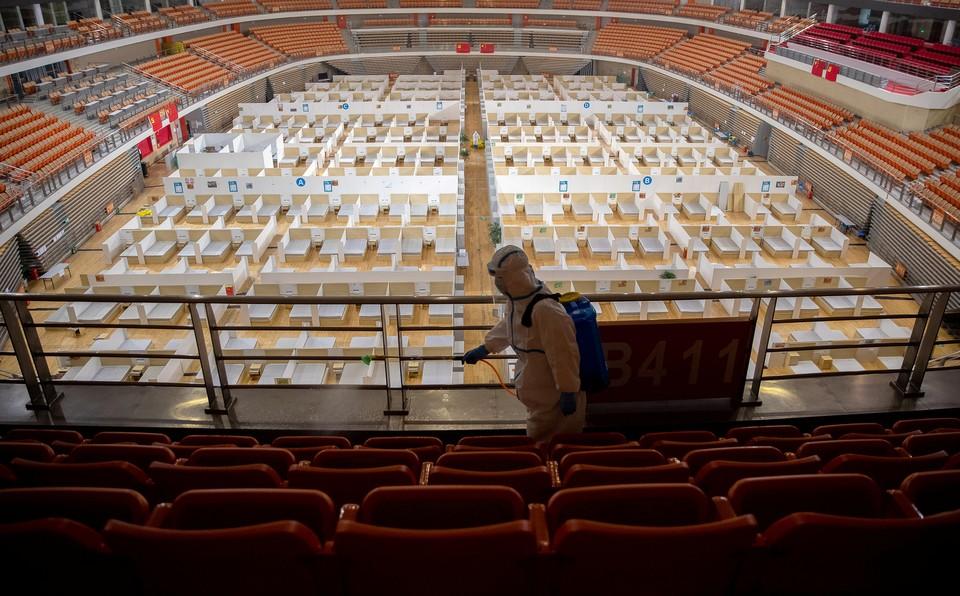 Спортивный зал в Ухане, переоборудованный под больницу для заразившихся коронавирусом.
