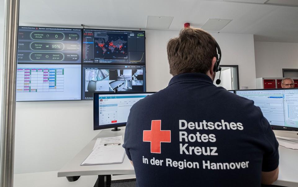 Работа офиса регионального отделения Красного креста в Ганновере, Германия.