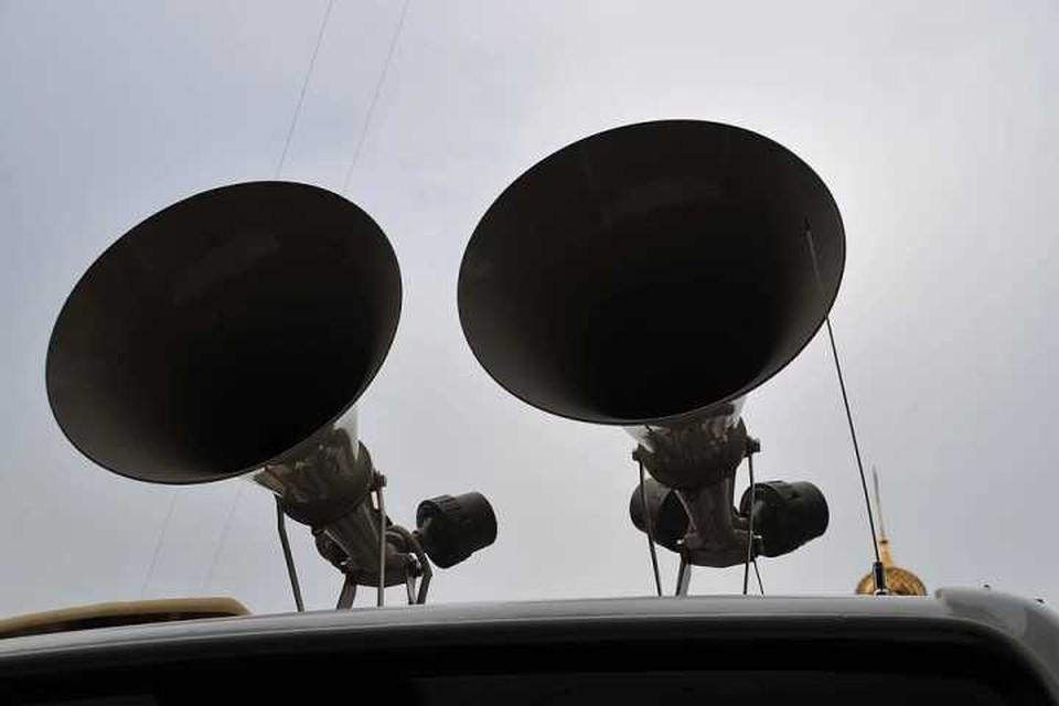 По главным улицам Иркутска курсируют автомобили с громкоговорителями