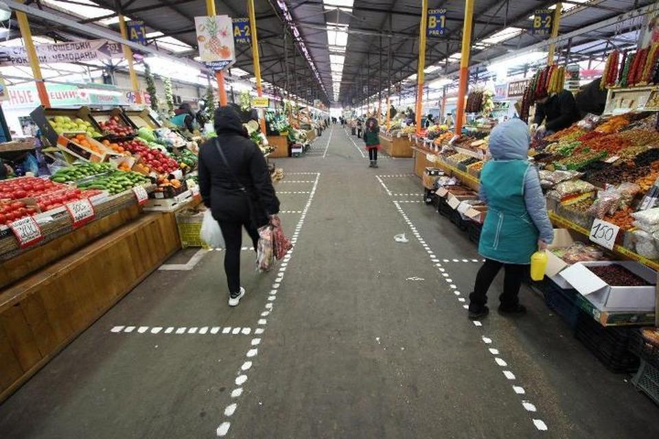 В ночь с 31 марта на 1 апреля на рынке сделали специальную разметку для покупателей.