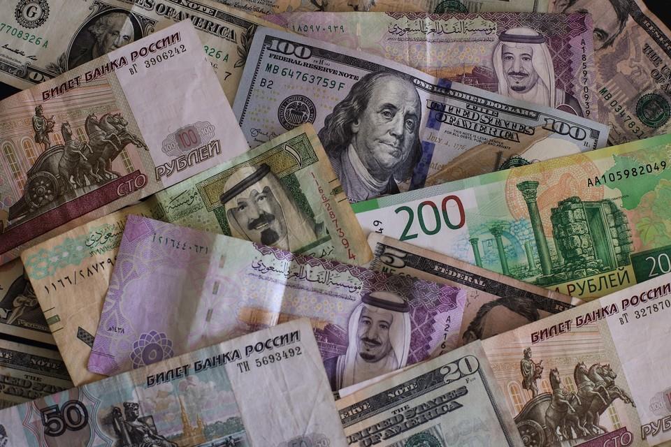 Курс доллара опустился ниже 77 рублей
