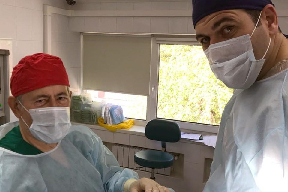 Профессор Вульф (слева) ждет возвращения на работу в Италии.