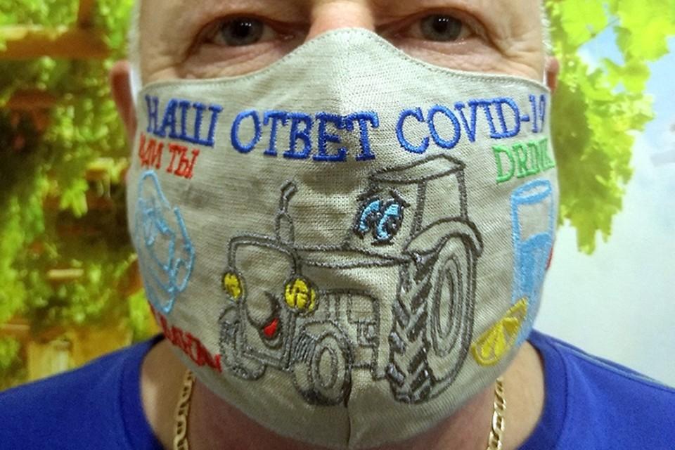 Слуцкий предприниматель делает маски с советами президента против коронавируса. Фото: личный архив Владимира Киселева.