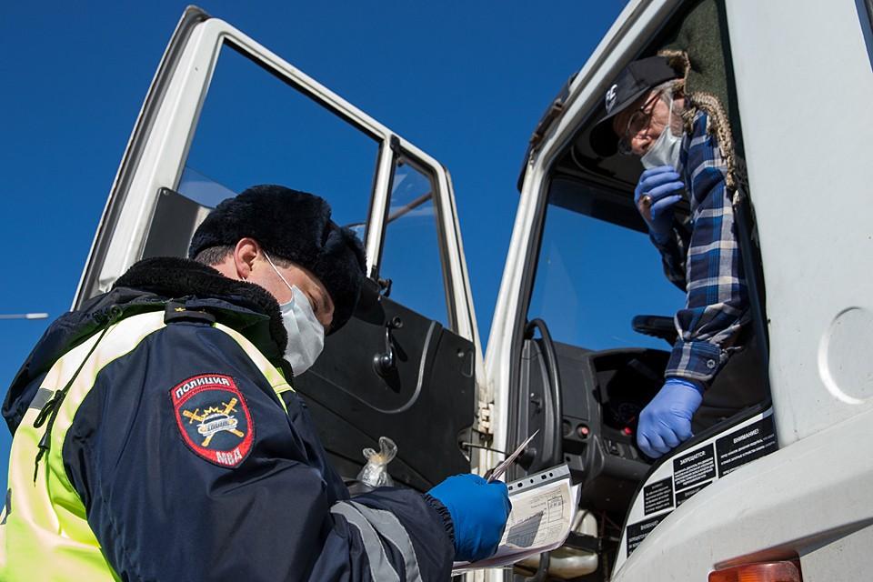 Начиная со 2 апреля на крымском мосту установили блокпост и намерены тотально проверять всех въезжающих. Фото: Сергей Мальгавко/ТАСС