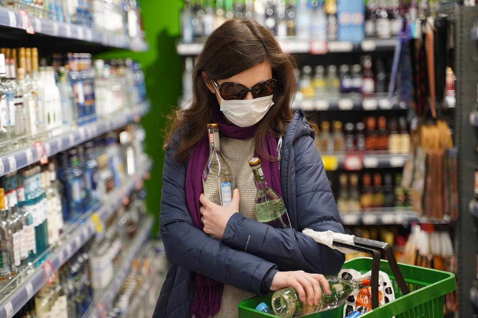 В ряде регионов рассматривают, а кое-где уже ввели запрет на продажу алкоголя