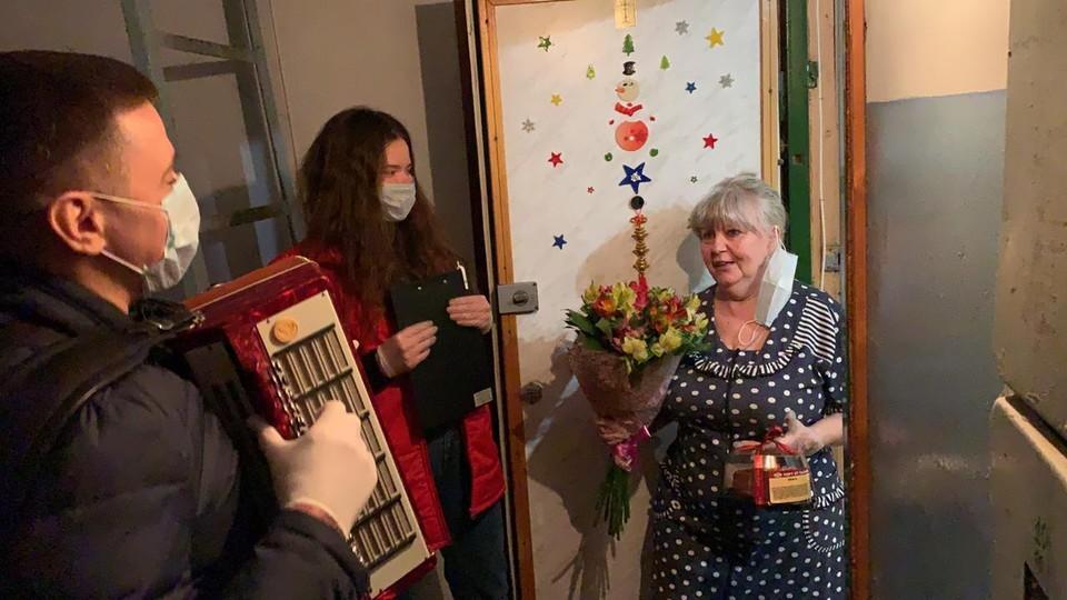 """Волонтеры устроили пенсионерке настоящий праздник. Фото: предоставлено """"Комсомолке"""""""