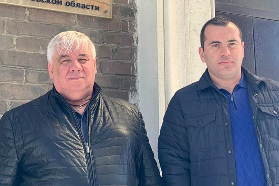 Александр Исюк (слева) теперь на все следственные действия ходит с полицейским