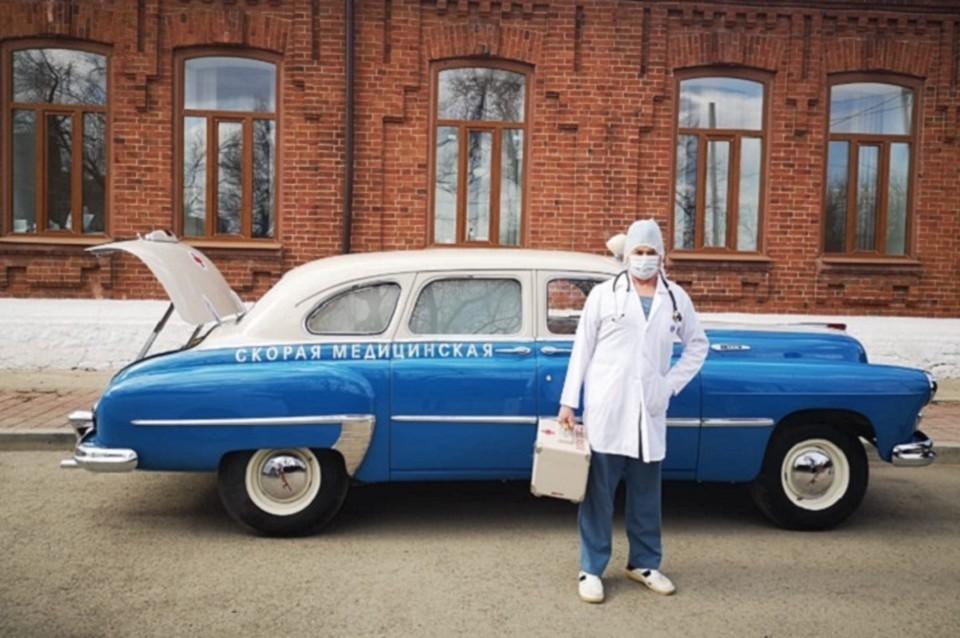 Врач Владимир Тельнов воспользовался автомобилем, чтобы навестить на дому пациентов, находящихся на самоизоляции после заграничной поездки, и взять у них анализы на CОVID-19. Фото: пресс-служба Сысертской ГКБ.