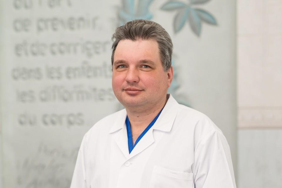 Исполняющий обязанности заведующего отделением детской ортопедии, врач травматолог-ортопед, кандидат медицинских наук Васюра Александр Сергеевич.