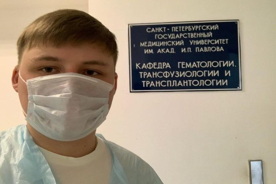 Парень готовится к пересадке его костного мозга, сдает анализы, консультируется с врачами в Санкт-Петербурге. Фото: Дмитрий ТРЕФИЛОВ.