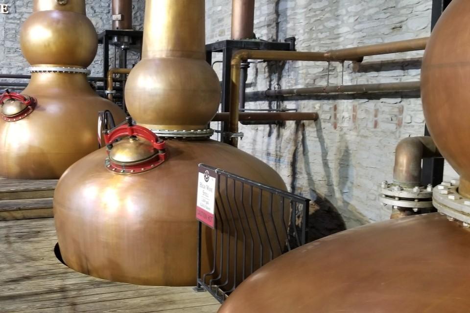 Дистилляторы спирта для производства виски.