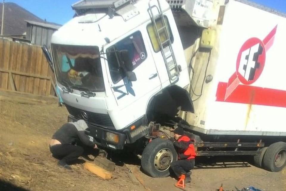 Неравнодушные сибиряки помогли водителю отремонтировать автомобиль. Фото: предоставлено Максимом Терентьевым.