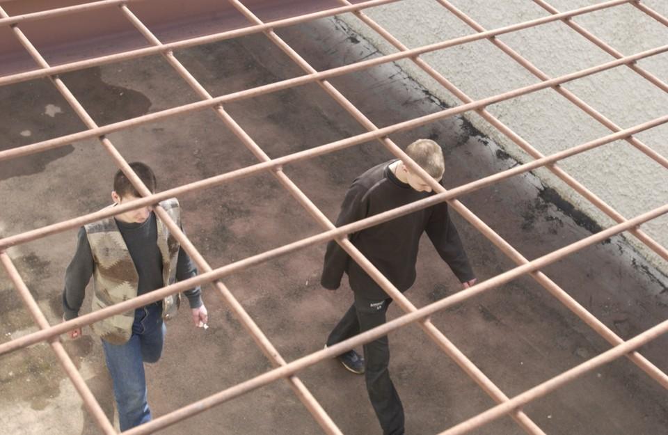 Вместе с заключенными на карантине оказались и сотрудники изолятора.